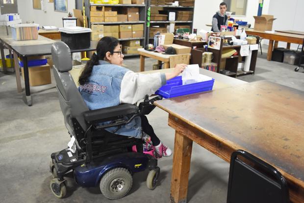 미국 장애인 작업장 에이블 인더스트리스에서 일하고 있는 장애인