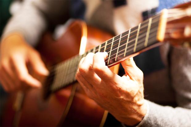 기타치는 사람