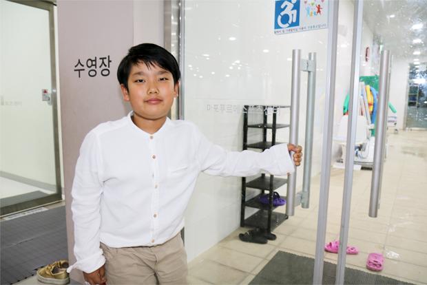 센터에서 장애친구들과 함께 수영을 배우고 있는 김민찬 어린이