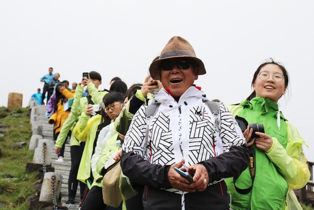 백두산의 풍경에 감탄하고 있는 엄홍길 대장과 참가자들