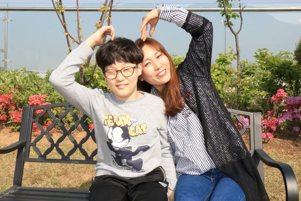 뇌병변 장애가 있는 장태환 어린이와 엄마 김강임 씨.
