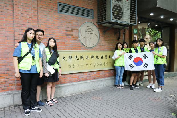 대한민국이 뿌리 내린 상하이 임시정부 청사 앞에서