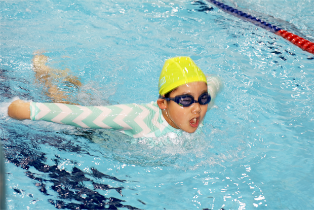 2년 동안 배운 수영 실력을 뽐내는 김민찬 어린이