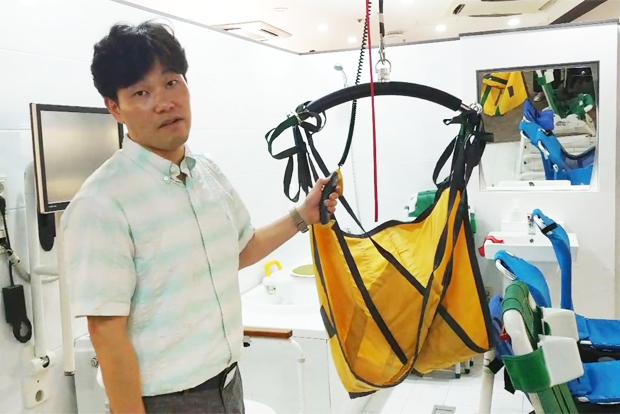 사진6> 거동이 불편한 장애인을 옮겨주는 이동식리프트에 대해 설명하는 강용원 서울시동남보조기기센터장