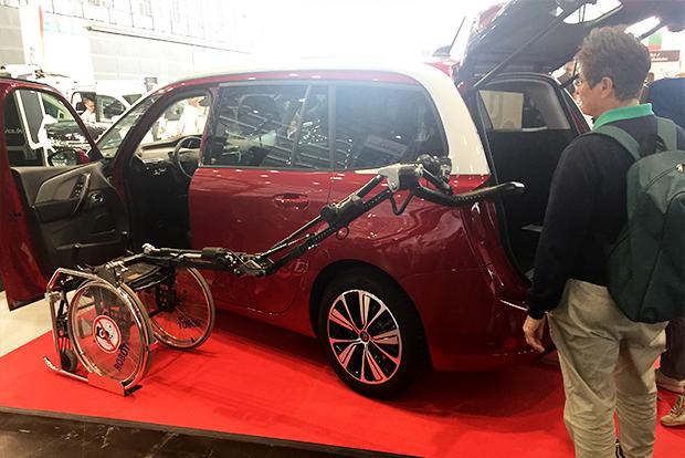 휠체어를 손쉽게 자동차에 수납할 수 있는 차량용 보조기기