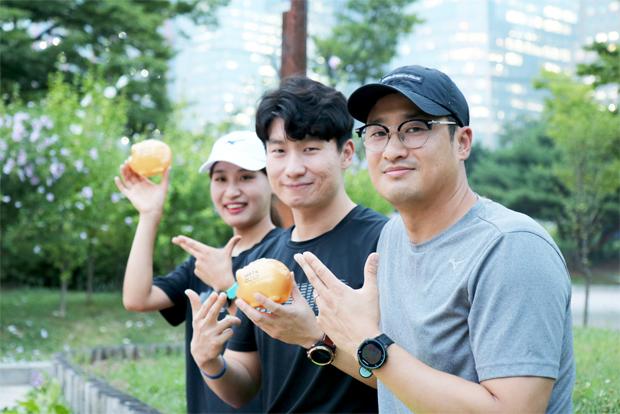이진형 대표와 MRTK 창단부터 함께해온 김일곤 씨(오른쪽)와 김희은 씨