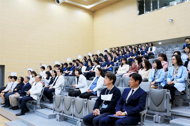 병원 개원2주년 기념식에 참석한 임직원들