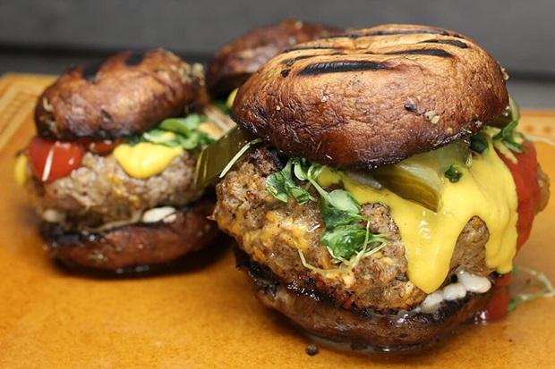 빵 대신 포타벨라 버섯으로 만든 글루텐 걱정 없는 햄버거.