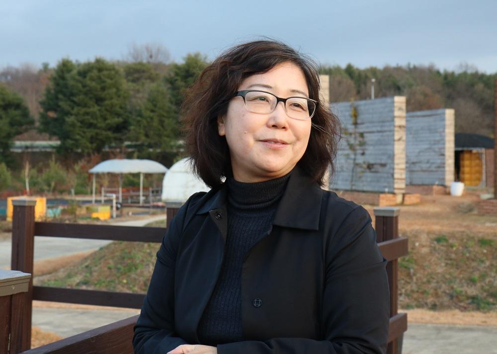국립원예특작과에서 여러 실험을 위해 조성한 텃밭을 소개하고 있는 김경미 박사