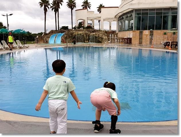 바다 대신 리조트 수영장이지만 마냥 즐거운 아이들