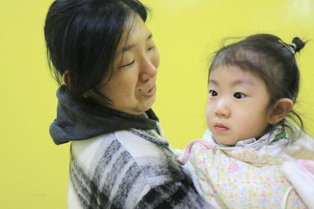 현대모비스의 지원으로 유모차를 지원받은 가은이와 할머니 최은하 씨