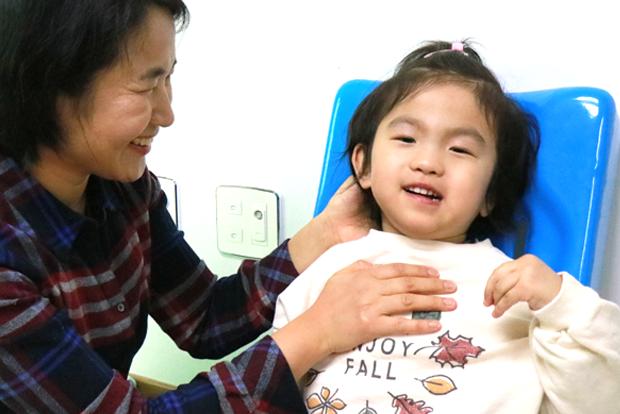 현대모비스의 지원으로 보조기구를 지원받게 된 아라와 엄마 김금희 씨