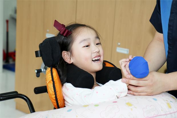 병원에서 꾸준한 재활치료를 받고 있는 이가은 어린이