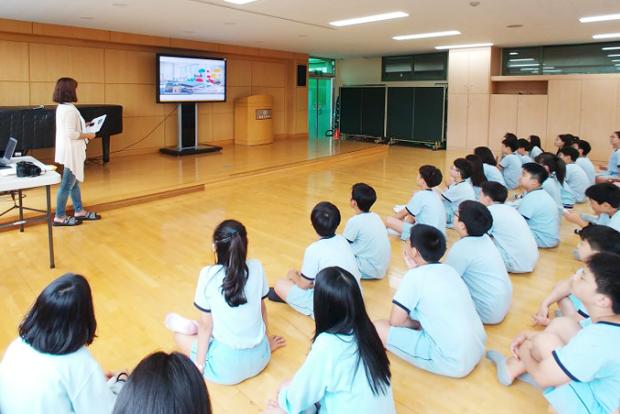 푸르메재단의 이야기를 경청하고 있는 서울숭의초등학교 6학년 학생들