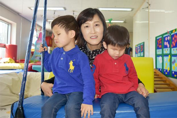 시각장애가 있는 쌍둥이 형제 김미래, 김희망 어린이와 엄마 장나영 씨.