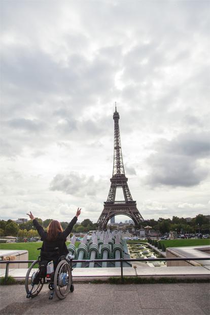 파리 여행 중 에펠탑에서 기념사진 찍은 홍서윤