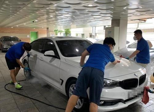 지난 10일 오후 서울 종로구 신교동 푸르메재단 공영 주차장에서 '푸르메 오토 케어' 발달장애인 직원들이 세차하는 모습.