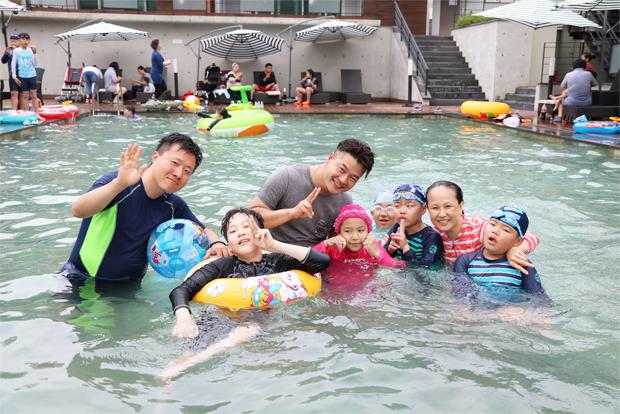 물놀이를 하고 있는 장애어린이 가족과 효성 임직원 가족
