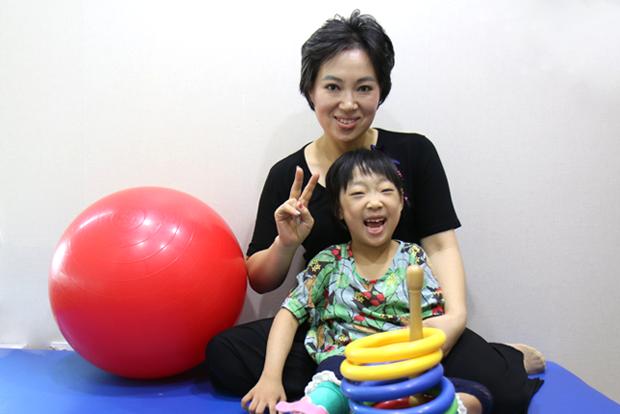 현대모비스의 나눔으로 재활치료를 받게 된 라헬이와 엄마 김복희 씨