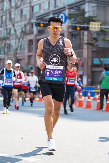 서울국제마라톤대회에서 생애 첫 마라톤 풀코스를 달리고 있는 션 홍보대사.