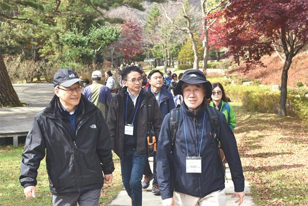 푸르메재단 기부자모임 한걸음의 사랑 2주년 기념 대관령 양떼목장을 걷고 있는 정호승 시인과 한걸음의 사랑 회원들