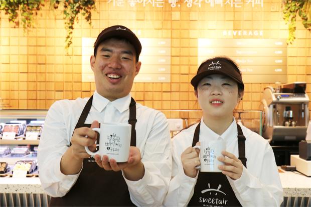 행복한베이커리&카페의 새로운 매장에서 일하게 된 이장규·임수민 바리스타
