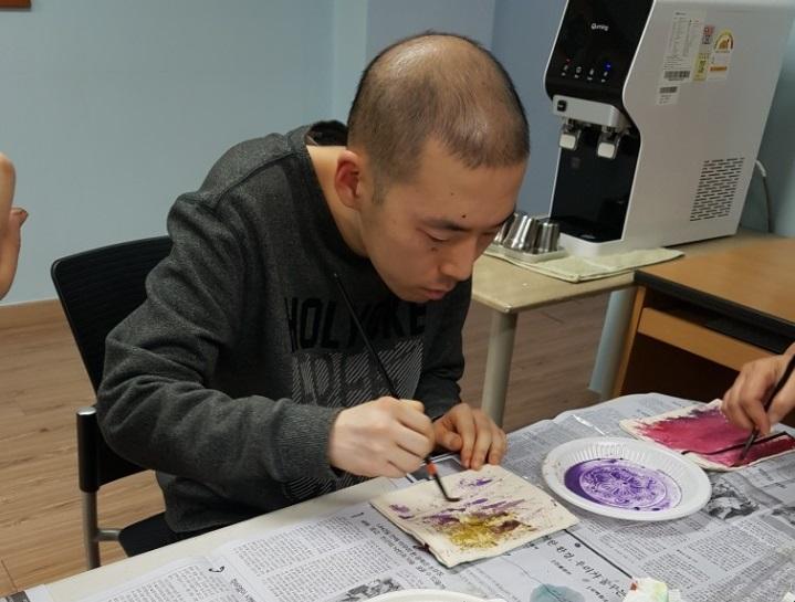 주간보호센터에서 미술 프로그램을 진행 중인 봉준 씨. 사진=꿈자람터장애인주간보호센터 제공