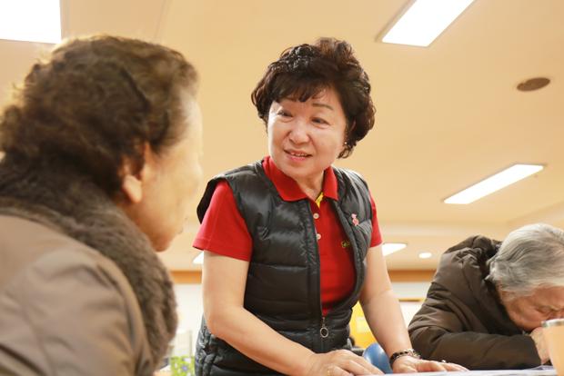 데이케어센터에서 어르신을 돌보고 있는 김은기 씨