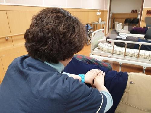 지난달 29일 서울 용산구 구립한남데이케어센터에서 안마 봉사활동 중인 시각장애인. [촬영 김다혜]