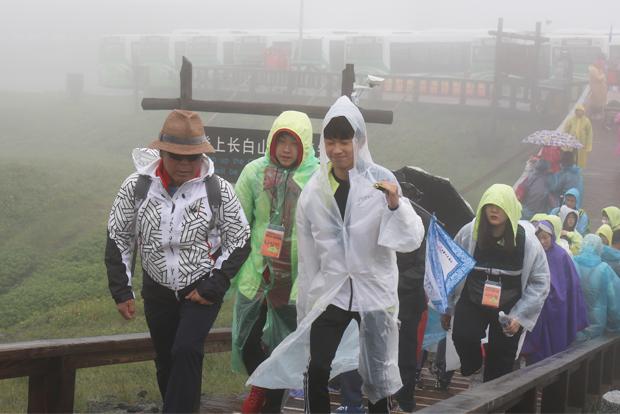 악천후 속에서도 백두산 천지를 향해 걸음을 이어간 참가자들
