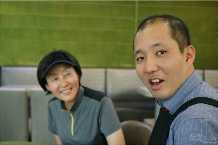 경기도 분당의 한 카페에서 만난 바리스타 배형진 씨와 어머니 박미경 씨.