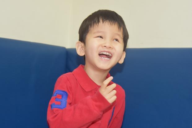 엄마 목소리를 듣고 웃고 있는 김희망 어린이.
