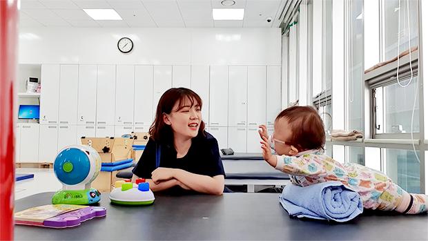 치료 받는 어린이와 함께 (이한비 물리치료사 제공)
