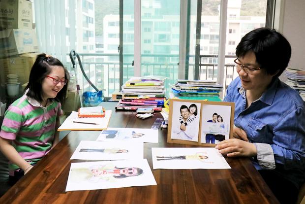 션 홍보대사와 함께 찍었던 사진을 보며 얘기를 나누고 있는 서경주 씨와 지영이.