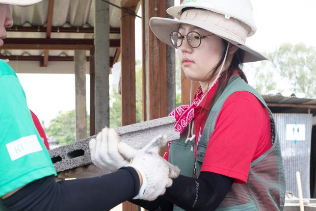 태국의 주거환경이 열악한 주민들을 위한 집짓기 봉사활동에 동참하고 있는 모 (사진 서동화 씨 제공)