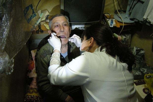 지역사회 내 거동이 불편한 장애인을 방문 진료한 푸르메치과 의료진 (푸르메재단 DB)