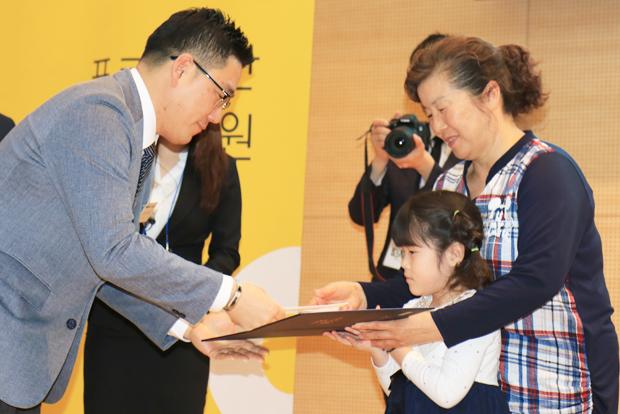 재활치료에 적극 참여한 환아에게 주는 우수재활상 수상자 이소정 어린이.