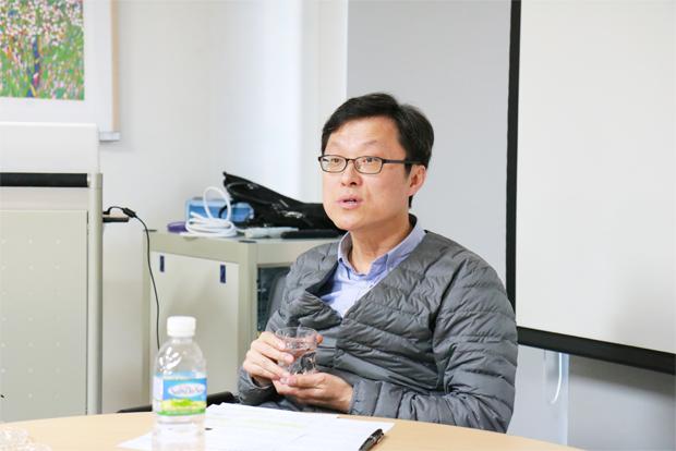 언론 활용 방안에 대해 강연하고 있는 정재권 한겨레 선임기자