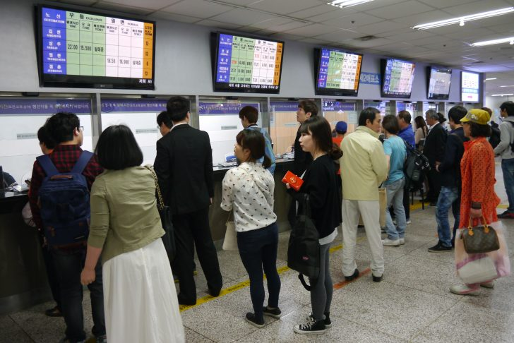 ▲ 강남고속버스터미널 매표소 앞. 연휴를 맞아 여행을 떠나려는 사람들의 줄이 길게 이어져 있었다.