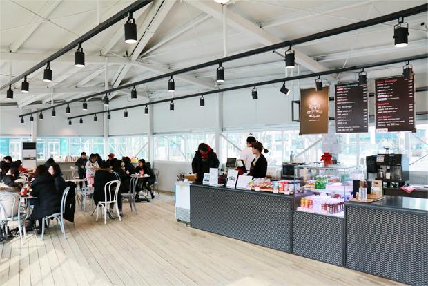 스케이트장 이용객으로 붐비는 행복한베이커리&카페 내부