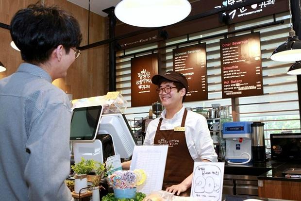 행복한 베이커리&카페 상암점에서 근무하고 있는 지적장애 1급 윤장호(24)씨. [SPC그룹 제공]