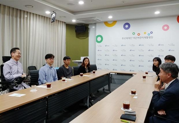 펀딩 프로젝트의 소감을 이야기 하고 있는 탁용준 화백과 한양대학교 '패시지' 학생들.