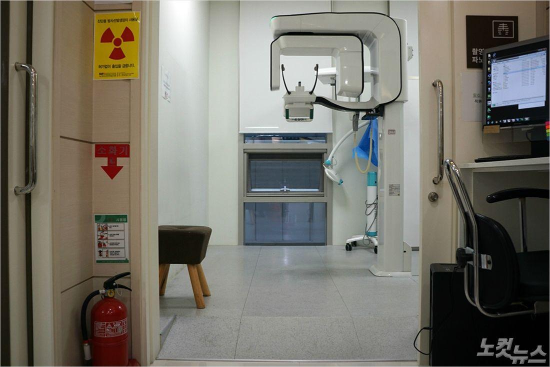 휠체어 환자를 위해 엑스레이 촬영실 바닥의 턱을 없앴고, 높이를 낮추기 위해 바닥아래로 엑스레이 기계를 심었다 (사진=송정훈 기자)