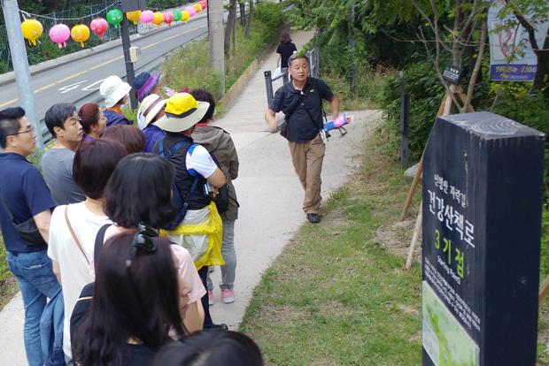 인왕산 자락길을 걷고 있는 회원들