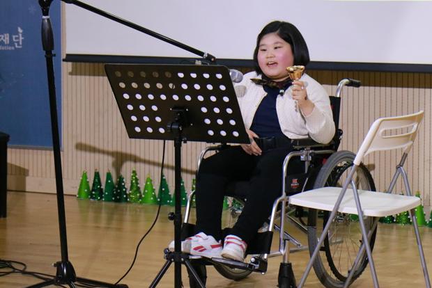 푸르메센터에서 열린 '푸르메 작은음악회'에서 노래하고 있는 지우