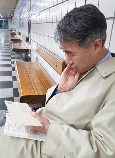 시립서울장애인종합복지관 임직원들의 편지를 읽는 백경학 푸르메재단 상임이사