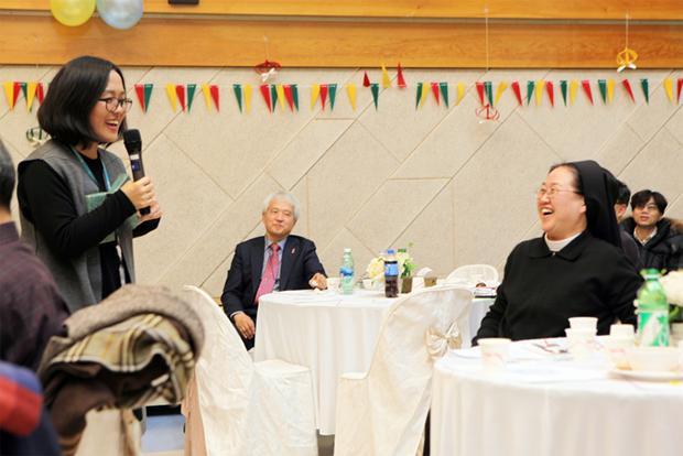2017년 시립서울장애인종합복지관 개관 35주년 기념식에서 사회를 보고 있는 이은정 센터장