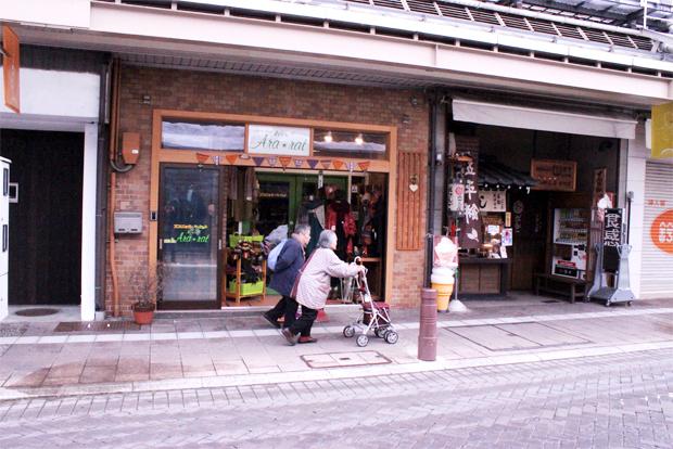 휠체어 진입이 편리하도록 차도와 인도의 높낮이를 낮춘 일본 다카야마시 무장애마을