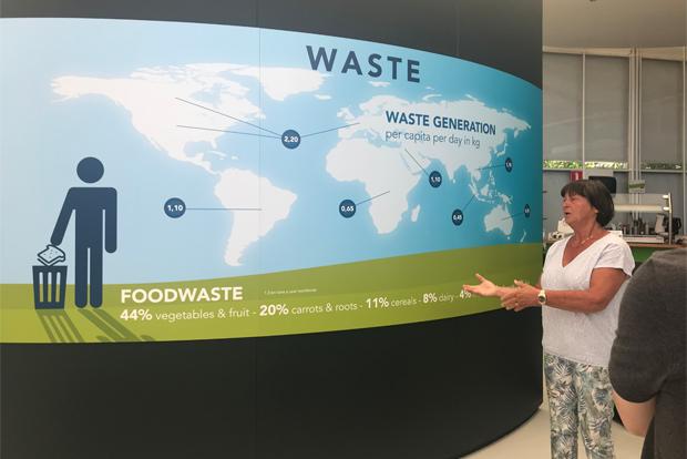 전 세계 쓰레기 문제에 대해 설명하고 있는 엘리자벳