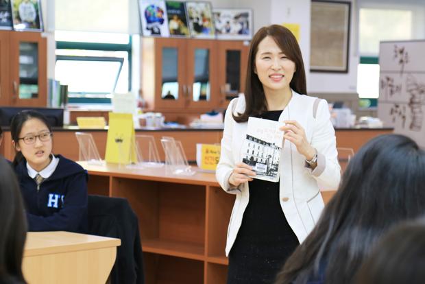 학생들에게 나눔의 가치를 전하기 위해 노력하는 박주희 기부자.